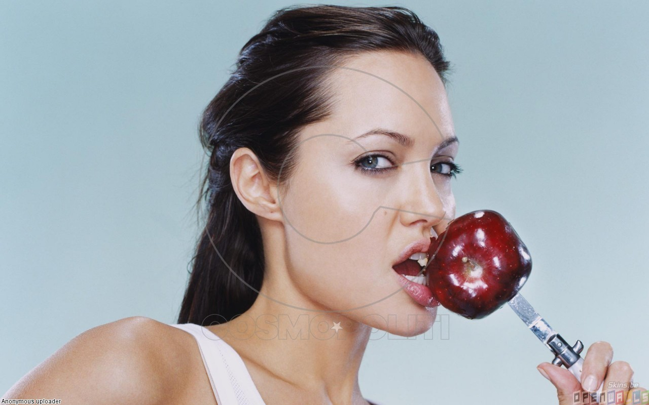 angelina_jolie_eating_an_apple_1280x800