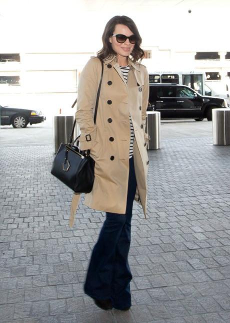 5a89b806569 Φορέστε την στο καθημερινό σας casual ντύσιμο: Ντύνεστε για το αεροδρόμιο ή  απλά για μια βόλτα στα καταστήματα. Ρίξτε πάνω σας μια καμπαρντίνα και  οτιδήποτε ...