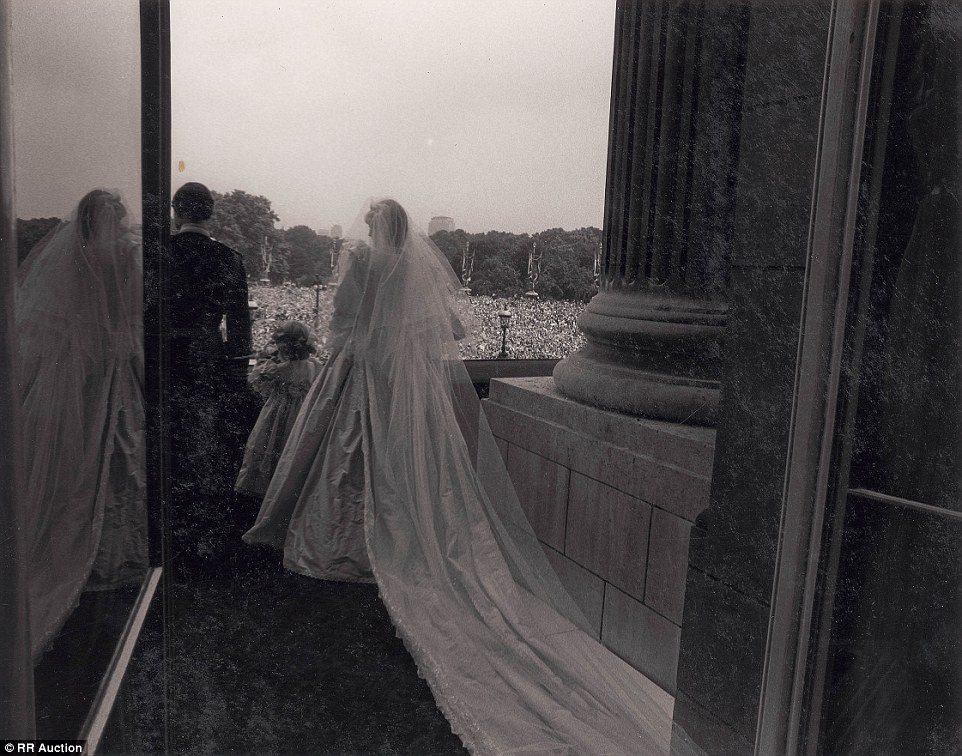 2B3FA53C00000578-3192515-This_captivating_behind_the_scenes_shot_shows_the_royal_couple_s-a-116_1439222795514