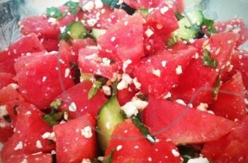 Moντέρνα χωριάτικη σαλάτα με καρπούζι