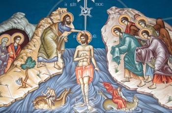 Θεοφάνεια: η βάφτιση του Χριστού και το έθιμο του σταυρού στο νερό