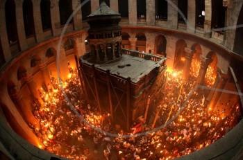 Σήμερα το Άγιο Φως από τον Πανάγιο Τάφο στους πιστούς