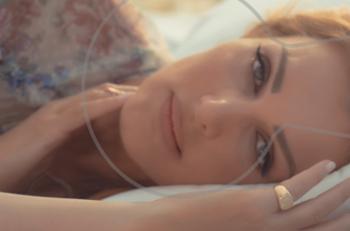 """Νατάσα Θεοδωρίδου: η επιτυχία """"Ανήσυχος καιρός"""" έγινε video clip"""