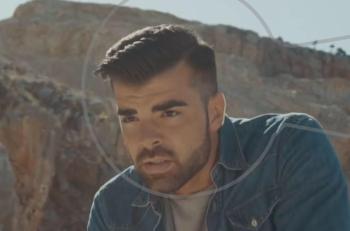 Δυο Ξένοι: ο Γιάννης Αλεξόπουλος εντυπωσιάζει με το νέο του τραγούδι