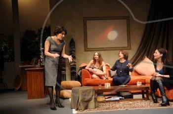 """Το ελληνικό Sex and the city λέγεται """"Με δύναμη από την Κηφισιά"""" και παίζεται στο θέατρο Στοά"""