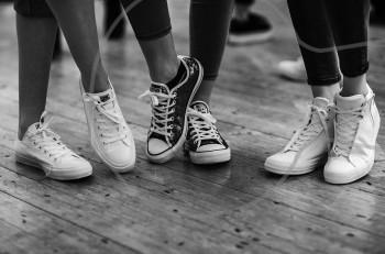 Stelios Koudounaris Resort 2017 με sneakers της Converse στην πασαρέλα