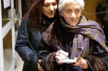 """Καρέ καρέ τα συγχαρητήρια στην Δέσποινα Μπεμπεδέλη από την Ελένη Βιτάλη για την """"Φιλιώ Χαϊδεμένου"""""""