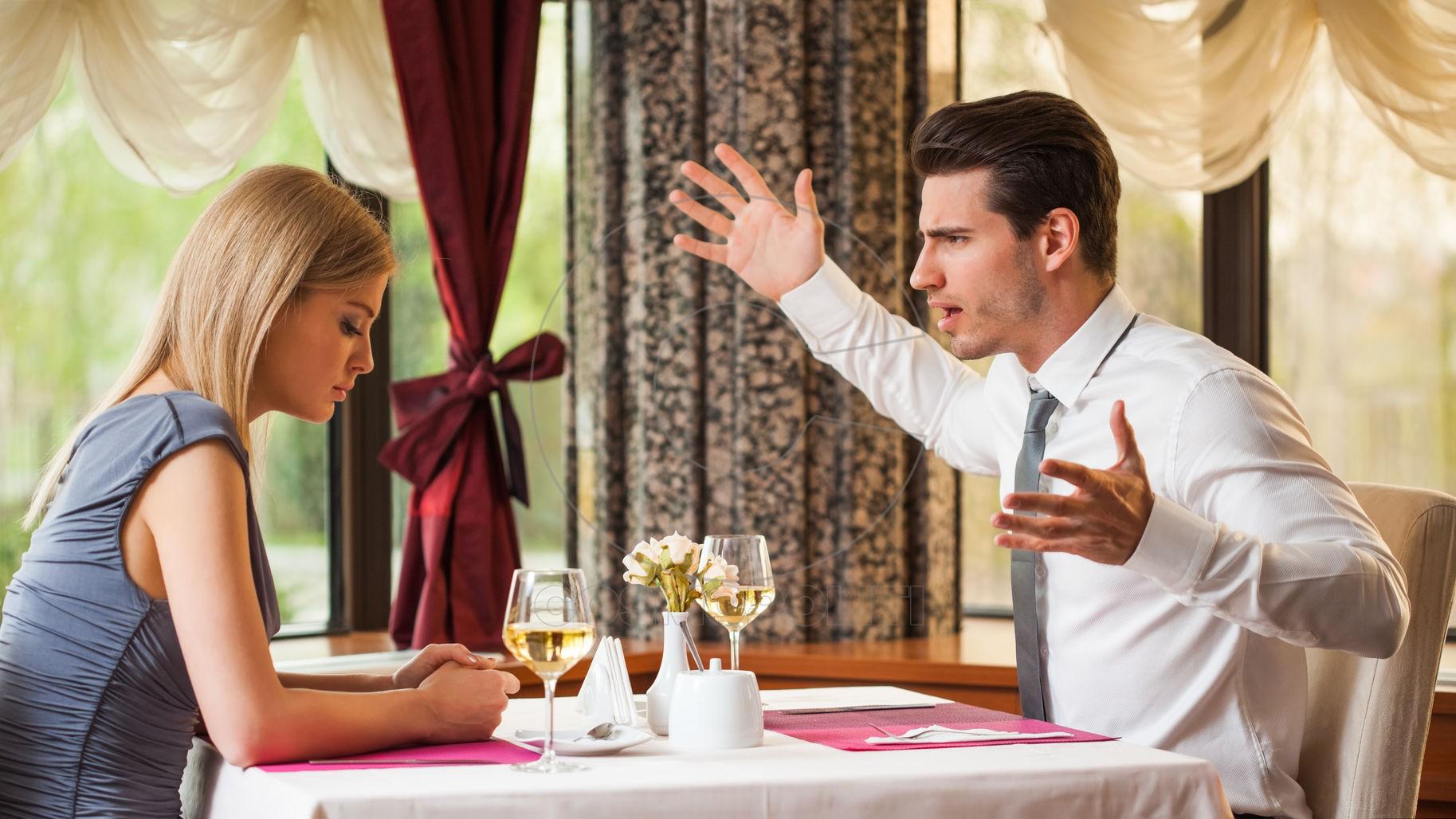 Man-fight-woman-restaurant-1