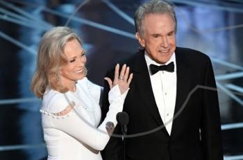 Σοκ και γκάφα στα Όσκαρ 2017: Warren Beatty και Faye Dunaway έδωσαν βραβείο καλύτερης ταινίας σε λάθος ταινία