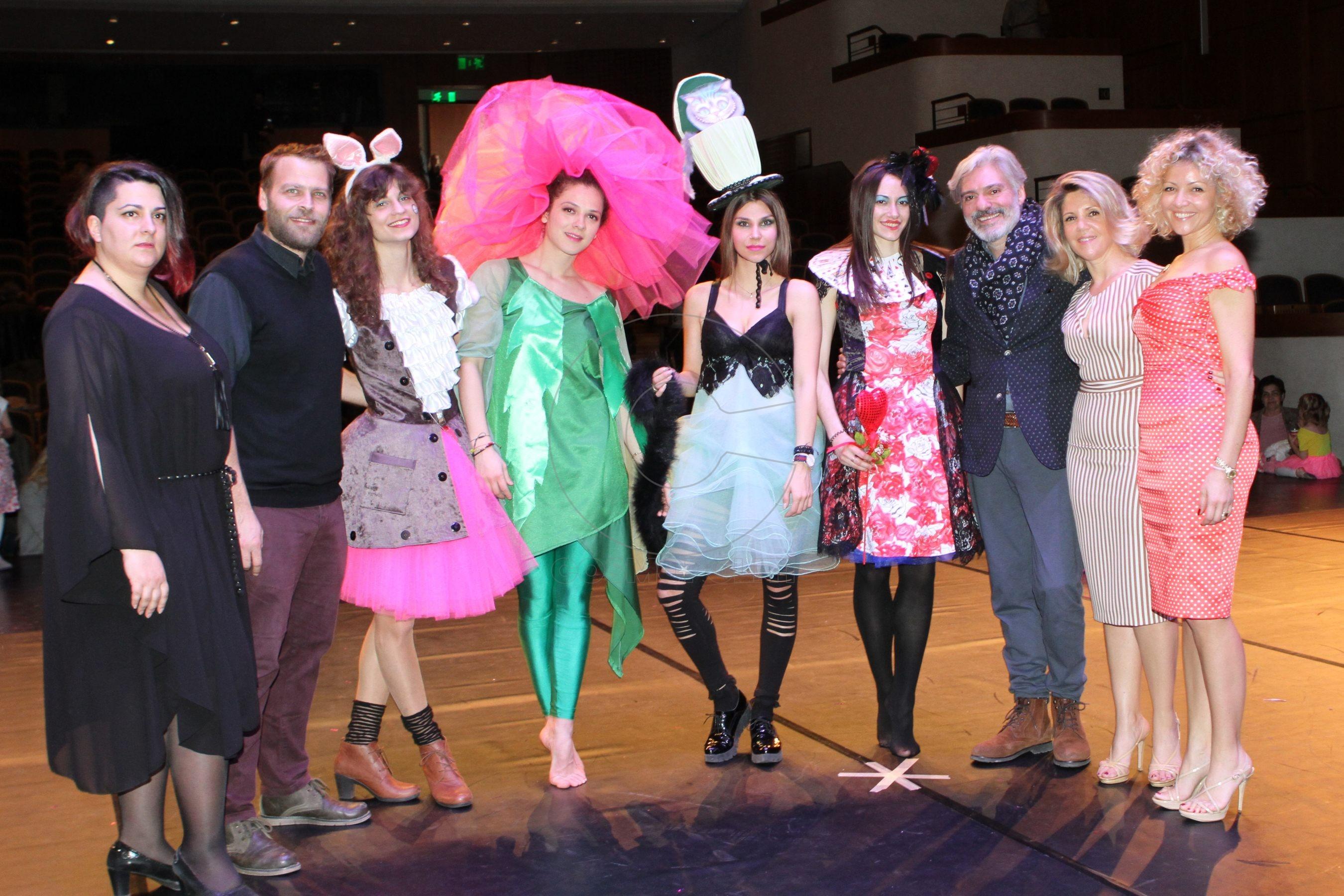 6 Κίκο Χατζηγιάννη, Νίκος Καλαιζίδης, Νατάσα & Δήμητρα Ντόρτογλου του catwalk με τις δημιουργίες του catwalk & τον σχεδιαστή Κωνσταντίνο