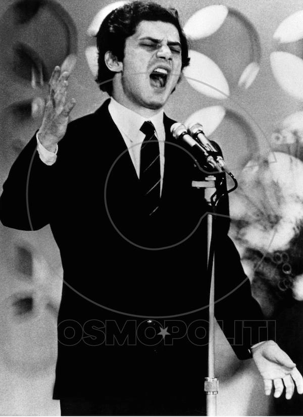 """Luigi Tenco canta """"Ciao amore Ciao"""" al festival di Sanremo, nel gennaio del 1967 (© LAPRESSE)"""