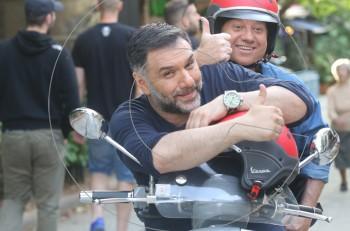 My way: ο Γρηγόρης Αρναούτογλου κι ο Έκτορας Μποτρίνι πάνω σε μια βέσπα ανακαλύπτουν τη γευστική Αθήνα