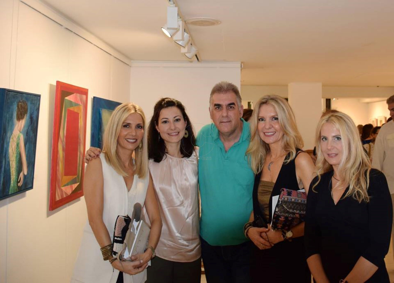Οι συμμετέχουσες εικαστικοί Τάνια Δρογώση, Νάντια Ράπτη, Μαρία Αποσόλου και Μαρία Φίλη με τον φωτογράφο Γιώργο Παρτσινέβελο
