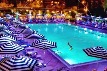 Βραδινό μπάνιο στην πισίνα του Hilton Αθηνών