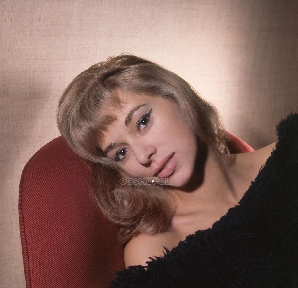 Mireille-Darc-pose-en-1964_width1024