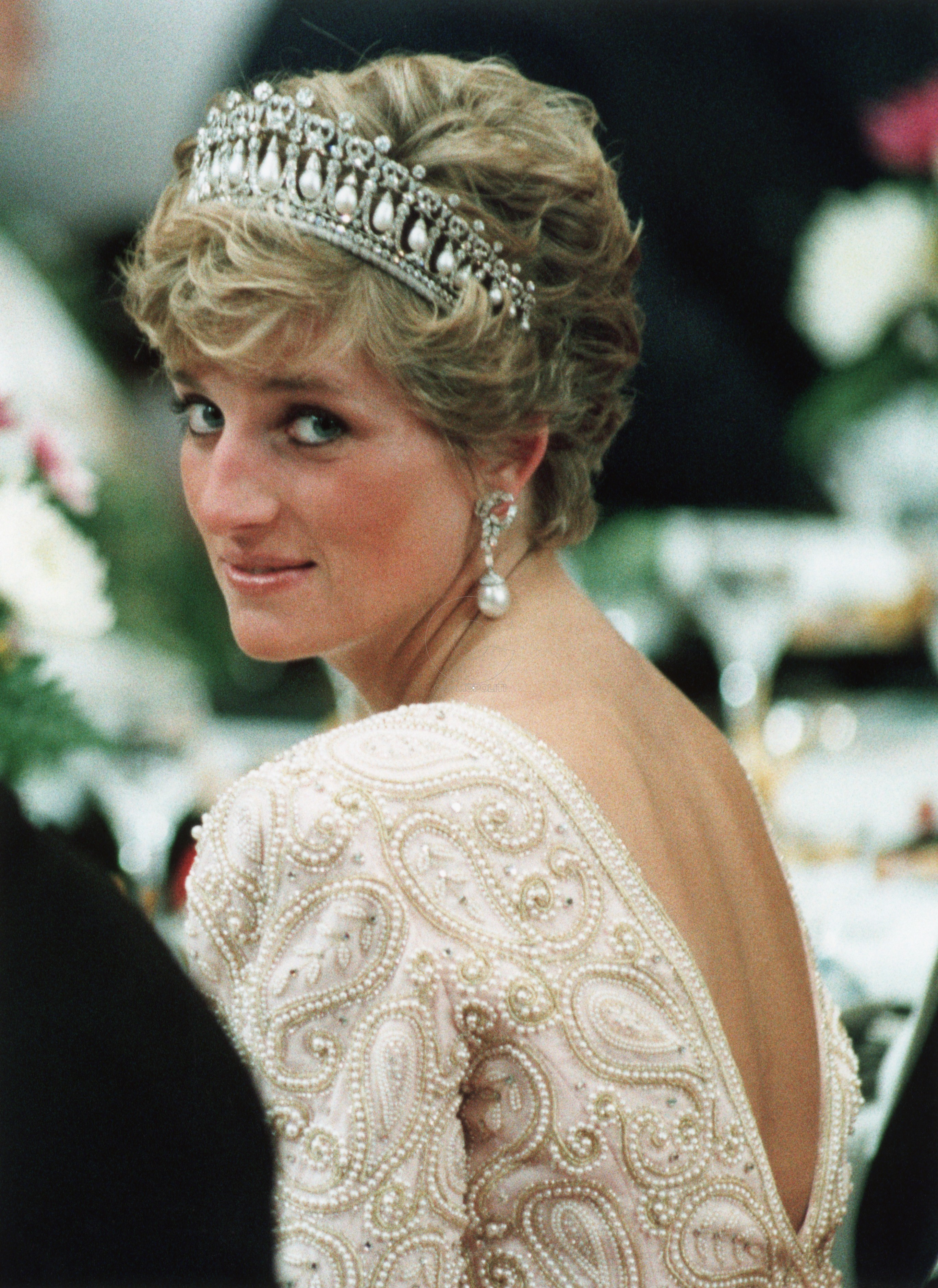 Diana, Princess of Wales, looks over her shoulder and smiles during banquet for Japanese Emperor Akihito in Tokyo November 12, 1990. REUTERS/Kimimasa Mayama (JAPAN) BEST QUALITY AVAILABLE - RTR1WYM1