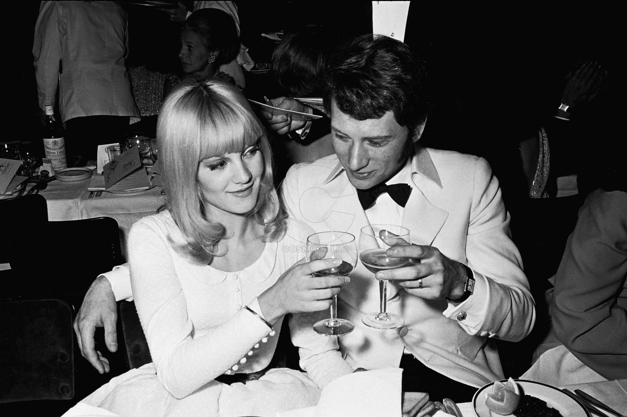 Sylvie Vartan et Johnny Hallyday lors d'une premiere au Lido. Paris, FRANCE - 12/1966