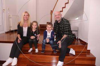 Sunday Live: Η Ζέτα Μακρυπούλια και ο Νίκος Μουτσινάς μας υποδέχτηκαν στο Villa Politia λίγο πριν την κυριακάτικη πρεμιέρα τους