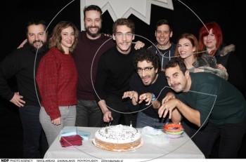 """Κοπή πίτας 2018 για την επιθεώρηση """"Τι ζούμε;"""" στο θέατρο Βέμπο"""