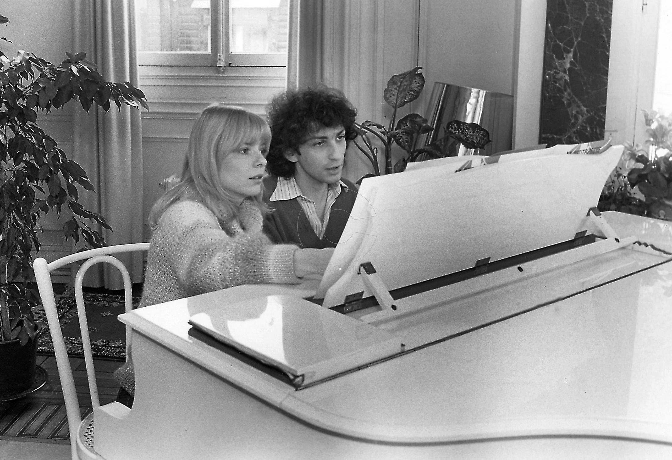 """Michel BERGER jouant du piano avec son épouse France GALL assise à ses côtés, travaillant sur le nouveau show de la chanteuse intitulé """"France Gall made in France"""" chez eux à"""