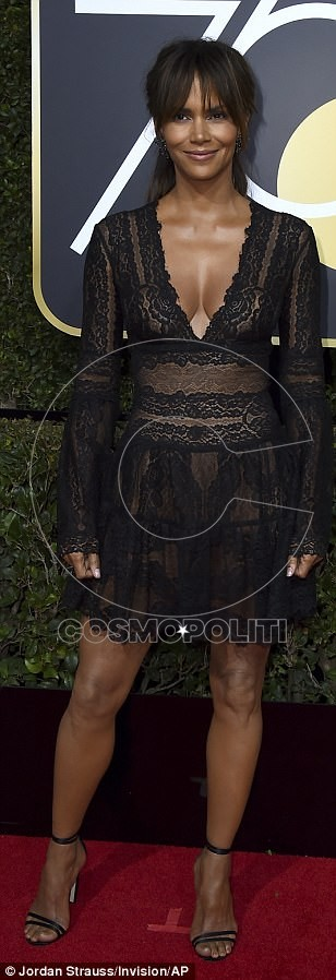 47DE21F200000578-5244529-Plunging_Halle_Berry_chose_a_see_through_mini_dress_while_pregna-m-376_1515378447382