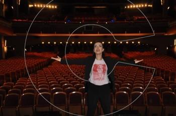 Συνάντηση με την Φωτεινή Δάρρα στο Παλλάς λίγο πριν ανοίξει η αυλαία για τα τραγούδια της αξέχαστης Τζένης Βάνου