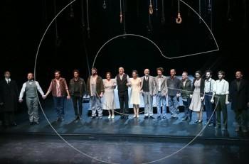 Ψηλά από τη γέφυρα: επίσημη πρεμιέρα στο Εθνικό Θέατρο & κοκτέιλ πάρτι στο Zonars