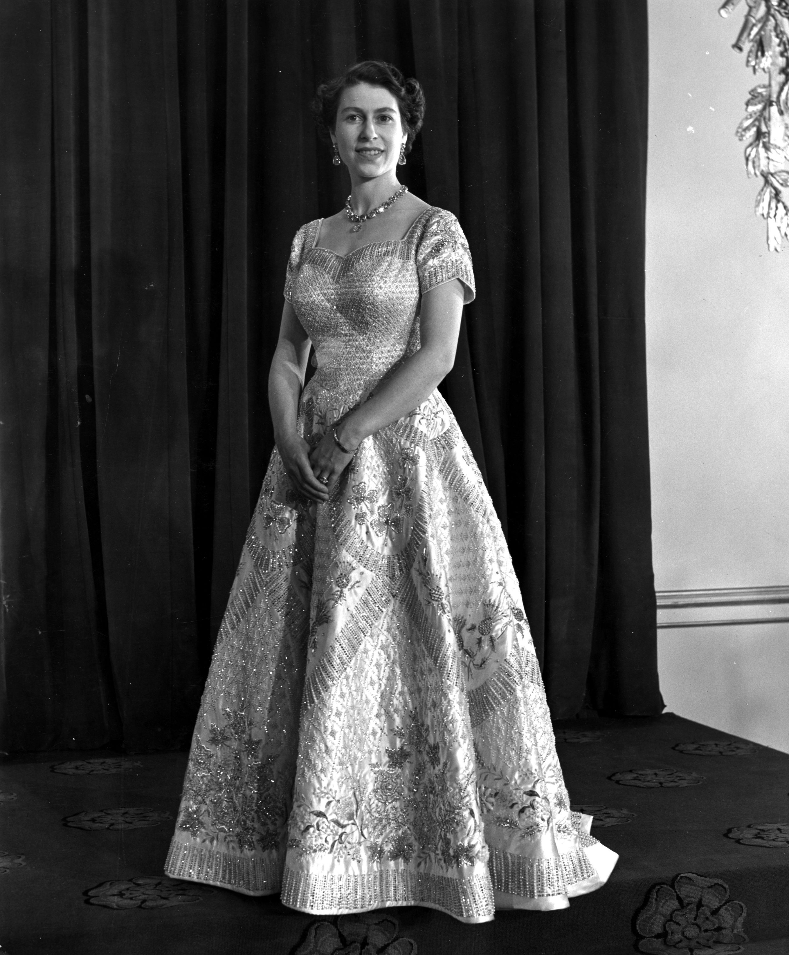 queen-elizabeth-ii-1953-coronation-gown (1)