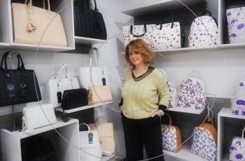 """H Σουζάνα Γιώργη ξέρει ποια τσάντα """"Αdonio Adriano"""" σου ταιριάζει καλύτερα"""