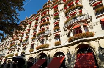 Hotel Plaza Athénée: Αθηναϊκή πολυτέλεια στην καρδιά του Παρισιού