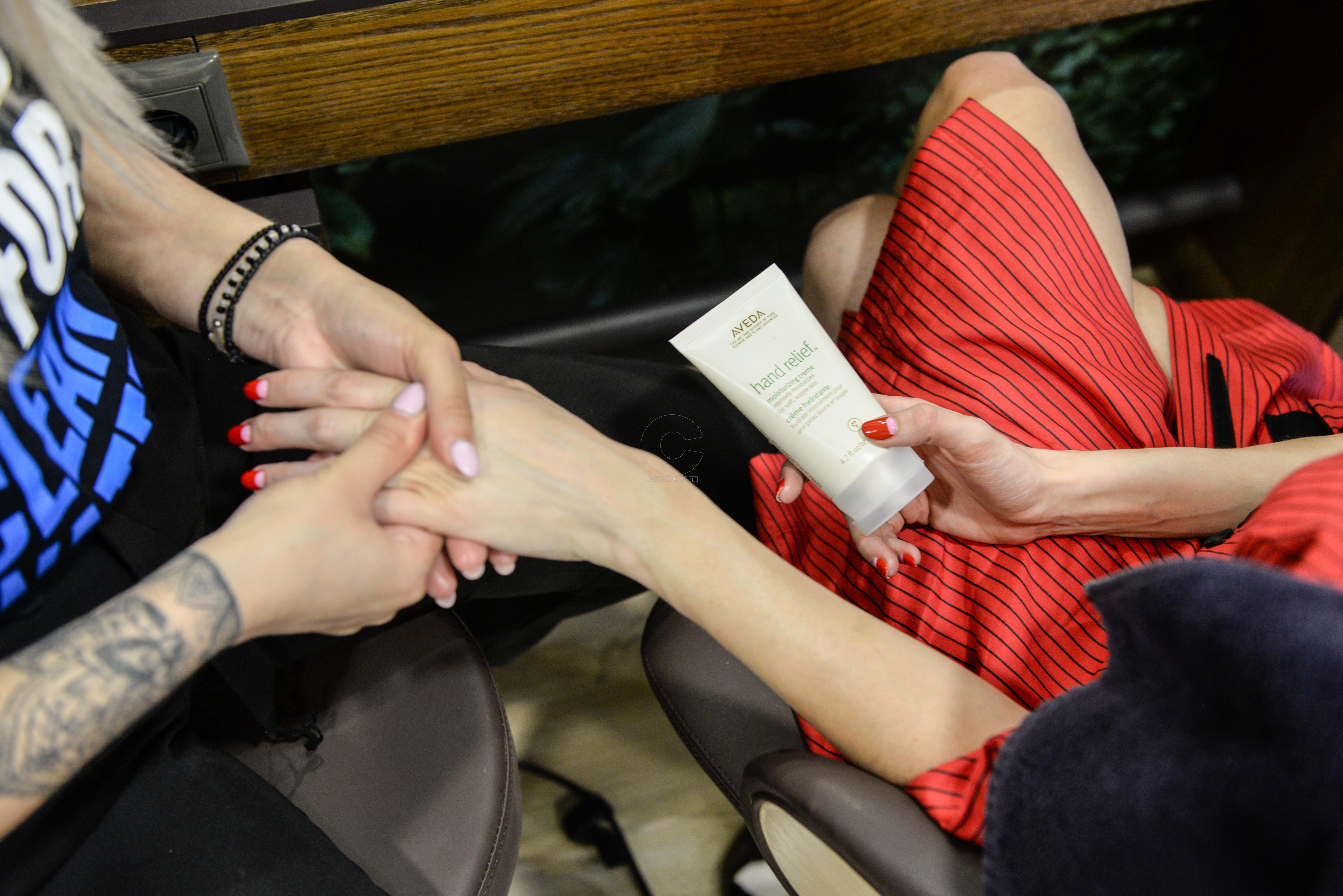 51.KYN_3190 Η διαδικασία του hand massage με την Aveda hand relief moisturizing cream