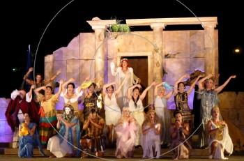 Εκκλησιάζουσες: οι πρώτες φωτογραφίες από την πρεμιέρα στο Κατράκειο Θέατρο