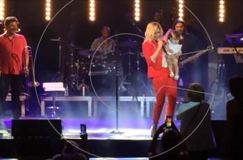 Αποκλειστικό βίντεο: η Άννα Βίσση στη σκηνή με μωρό στην αγκαλιά @συναυλία Αλεξάνδρεια