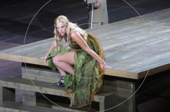 """Γνωρίστε την Ιώβη Φραγκάτου: γιατί όλοι μιλούν για την """"Κασσάνδρα"""" του φετινού καλοκαιριού;"""