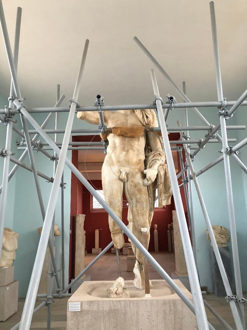 Ένας Έλληνας θεός στις σκαλωσιές.. στο μουσείο της δήλου