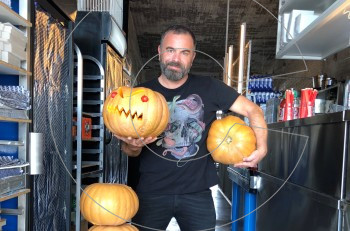 Βραδιά τρόμου: Ο στοιχειωμένος Βασίλης Καλλίδης και το Überness γιορτάζουν το Halloween