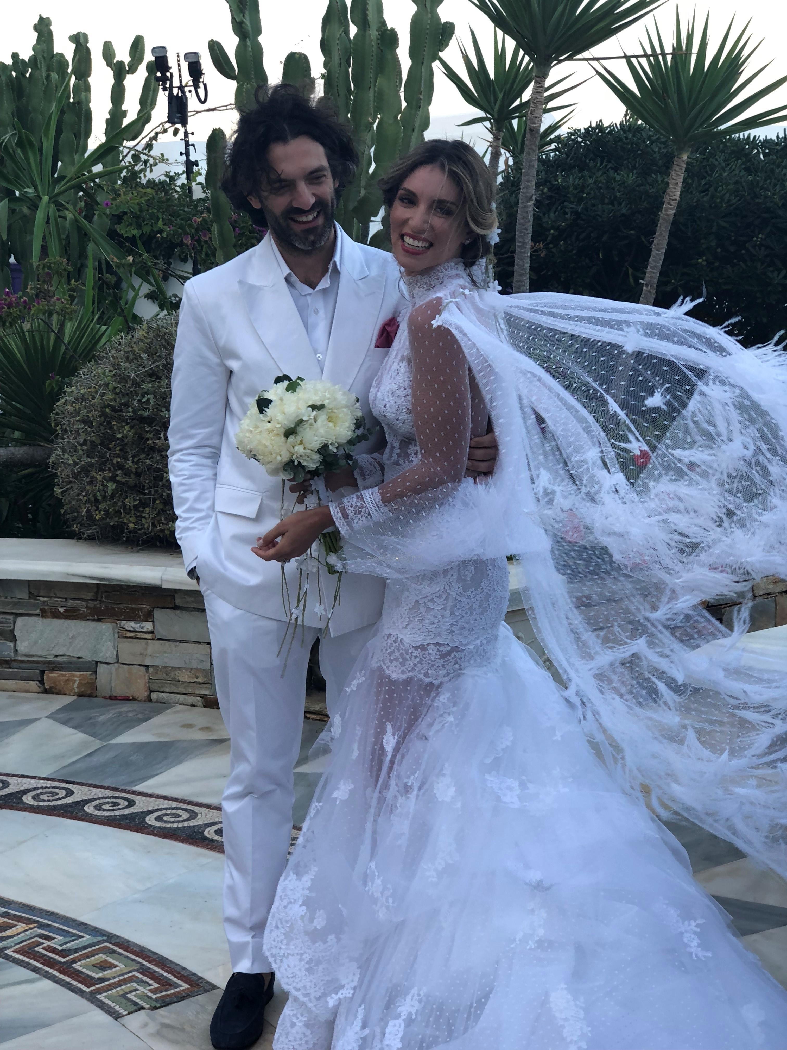 28e2c74017ae Στο after wedding party ήταν εκθαμβωτική με το ολοκέντητο φόρεμα με βαθύ  ντεκολτέ και custom made μεταλλική ζώνη