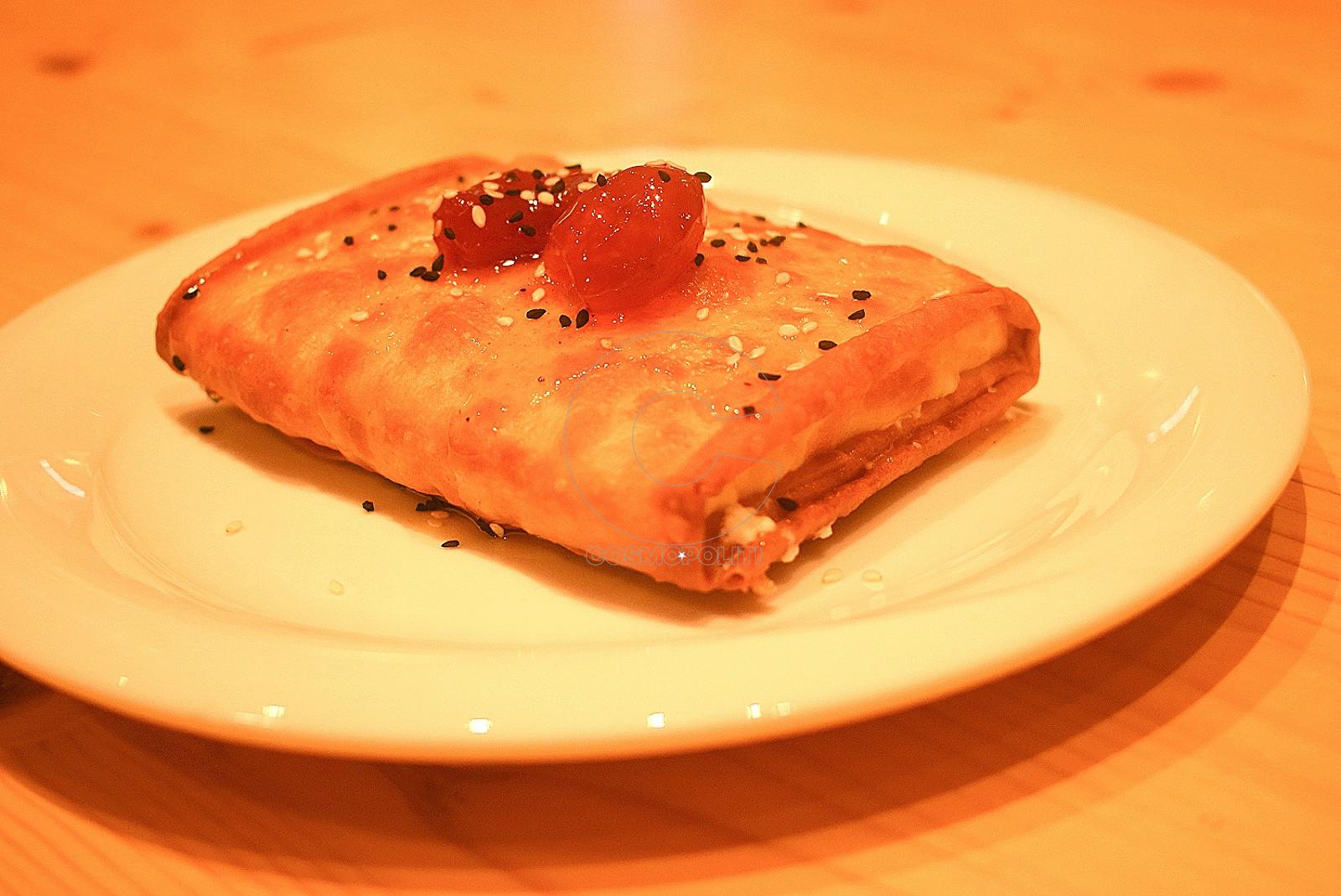 Φέτα σε φύλλο με μαρμελάδα ντομάτας