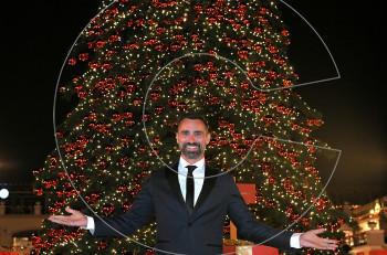 Ο Γιώργος Καπουτζίδης άναψε το Χριστουγεννιάτικο δέντρο στο εκπτωτικό χωριό McArthurGlen
