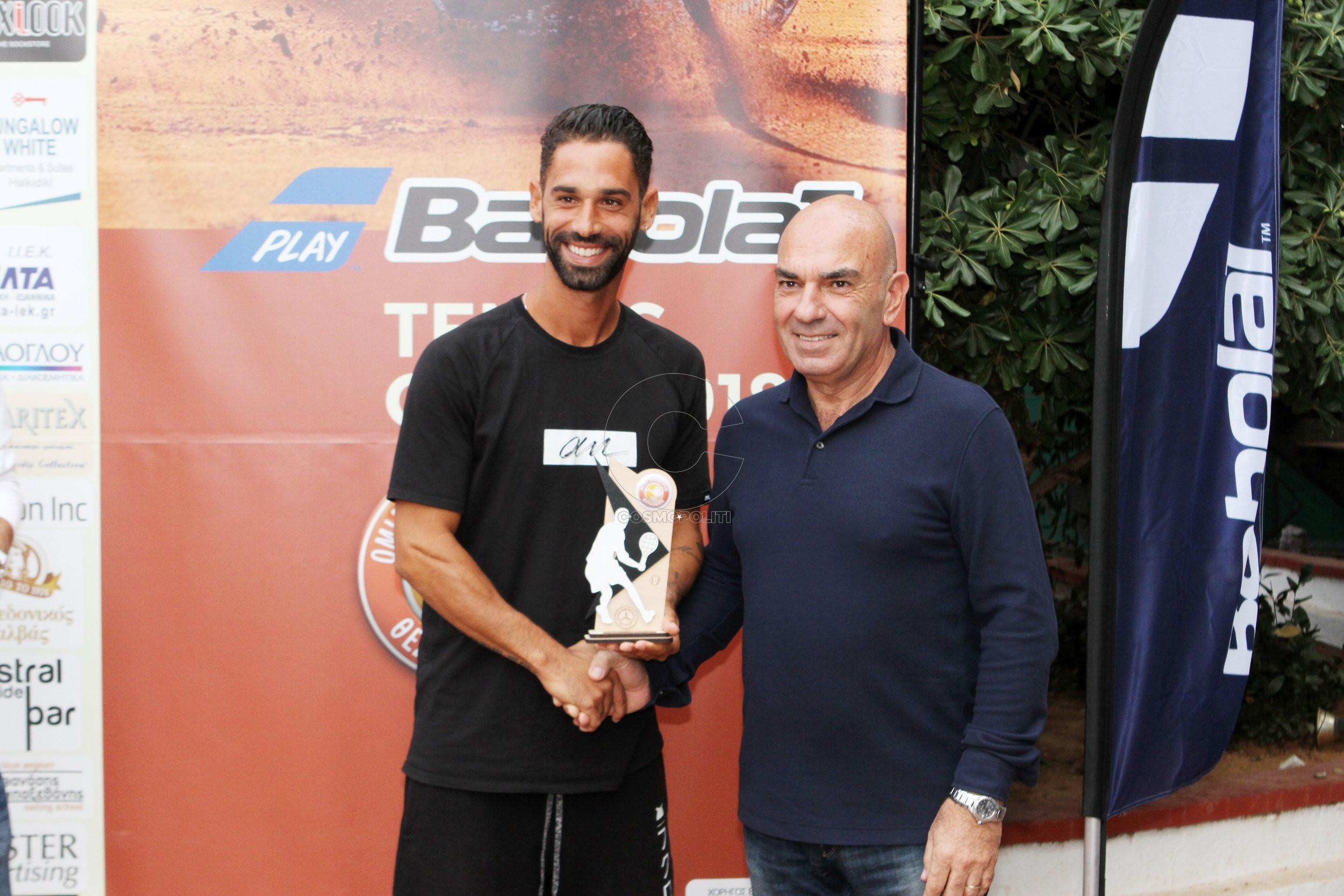 3 Ο Αλέξανδρος Κρυστάλλης παραλαμβάνει το κύπελλο από τον Δ-ντή αγώνων του τουρνουά Νίκο Γαλατιανό