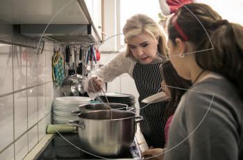 Μαριάννα Β. Βαρδινογιάννη: ζεστό γεύμα αγάπης για τα παιδιά της Νίκαιας