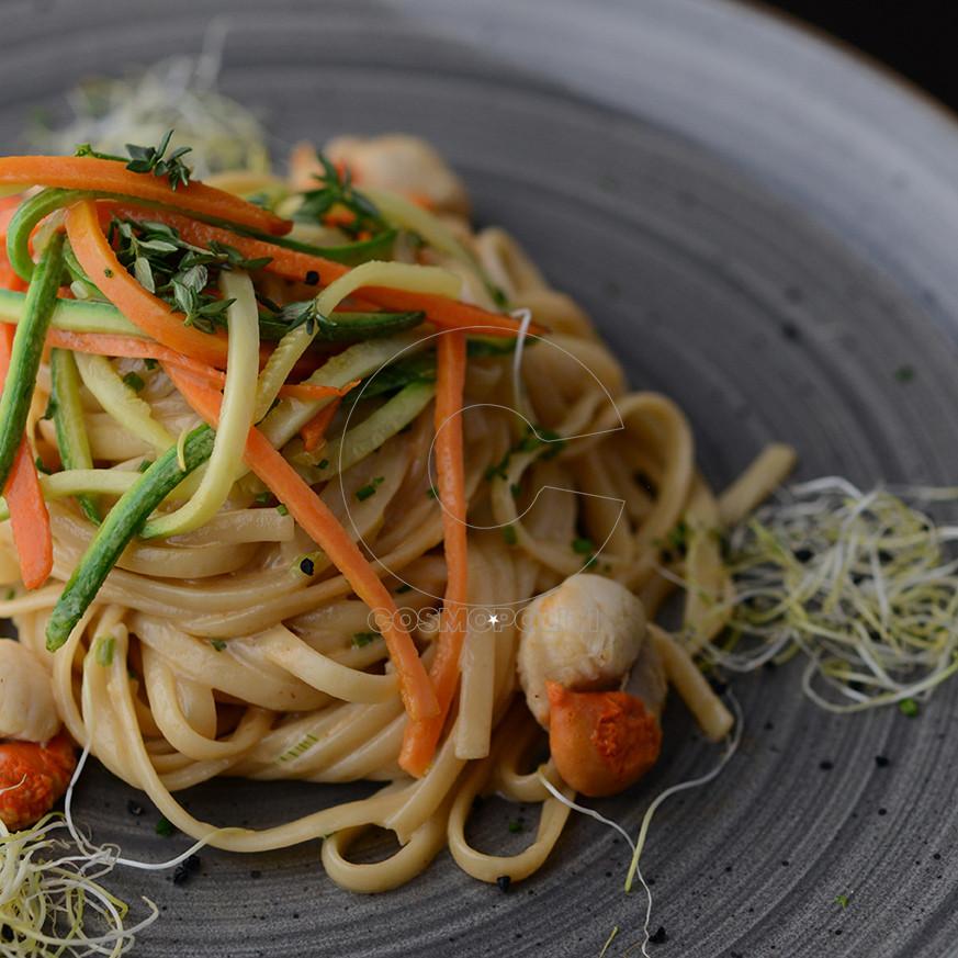 Λιγκουίνι μαγειρεμένα σε ζωμό γαρίδας με χτένια και λαχανικά