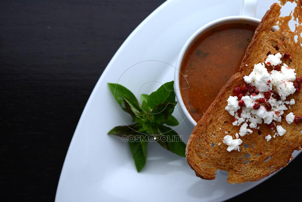 Παραδοσιακή σούπα τραχανά με ντομάτα, φέτα και κρουτόν