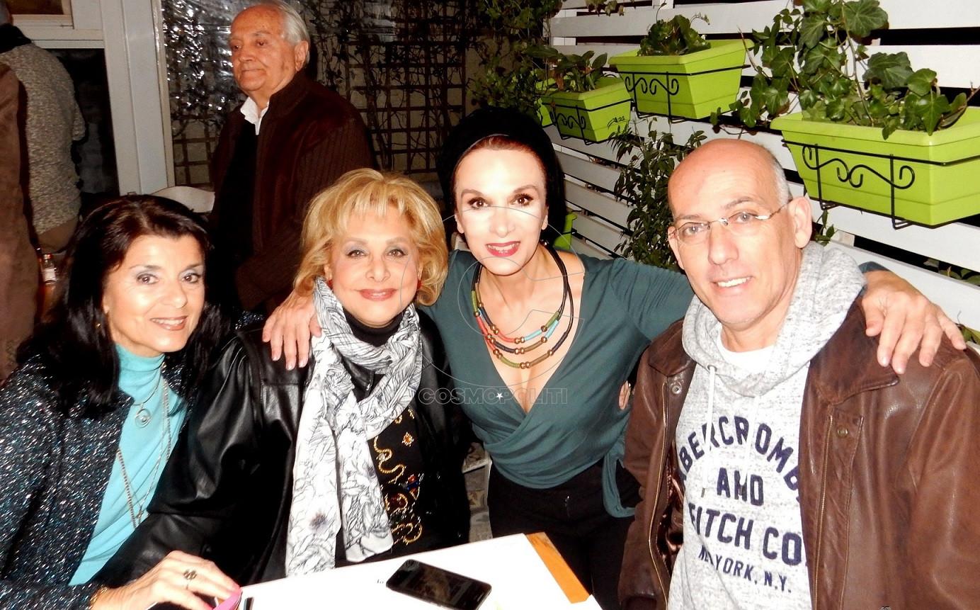 5 Σίσυ Κοζώνη_ Τίνα Σγουροπούλου_ Μαίρη Βιδάλη_ Κώστας Κιμούλης (πίσω, Αντώνης Σιμιτζής)
