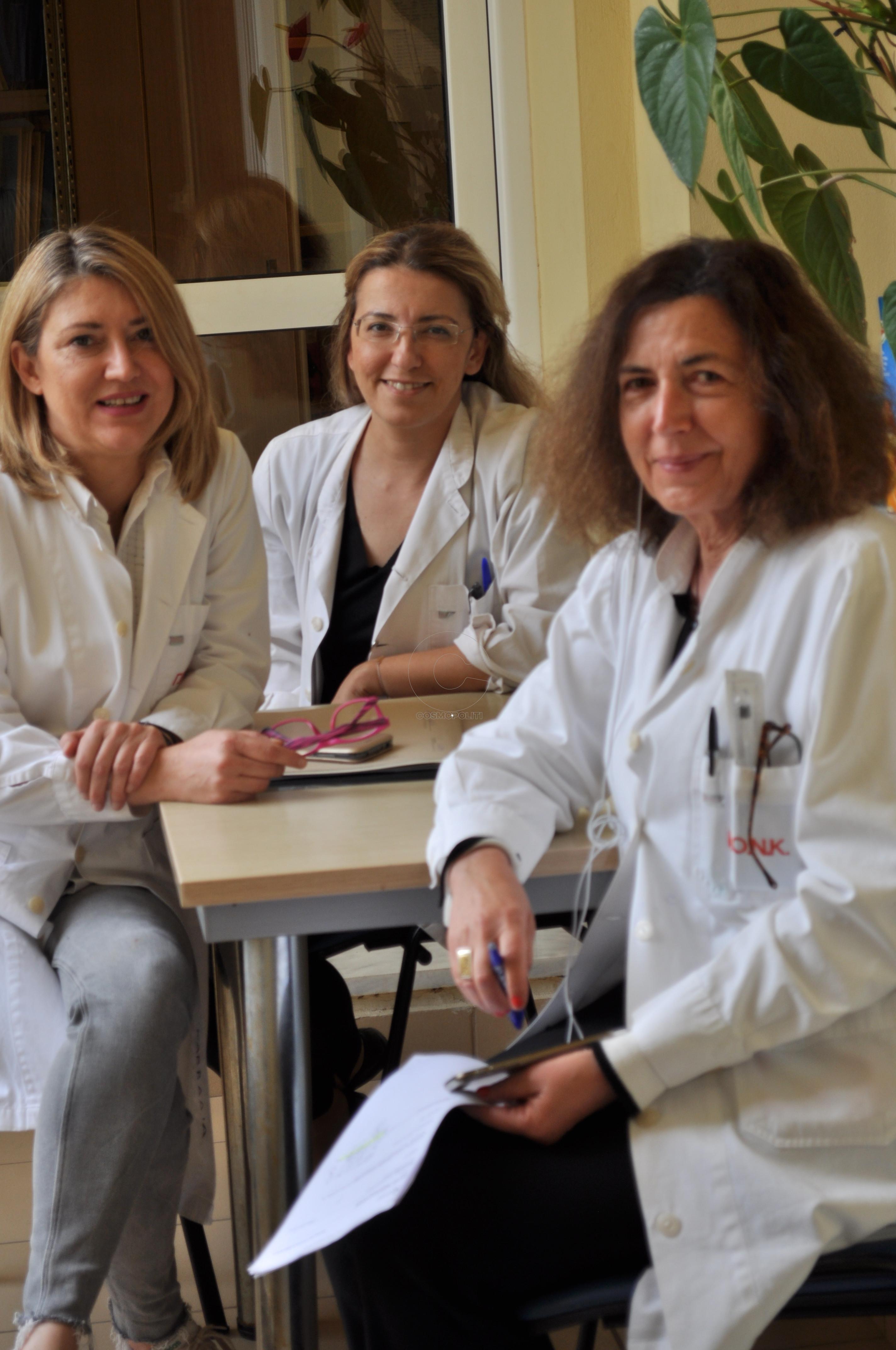 Από δεξιά η διευθύντρια της Νευρολογικής Κλινικής κ. Αικατερίνη Χαμπίπη με γιατρίνες του τμήματος