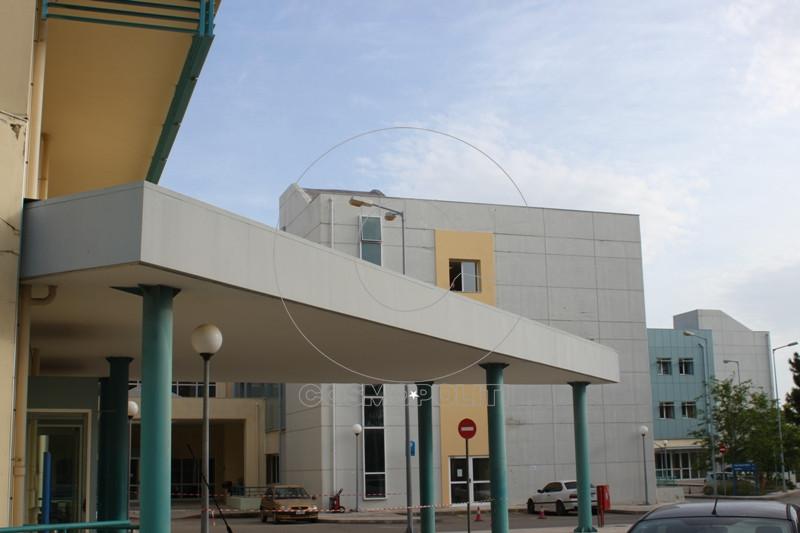 000000000 Η είσοδος του Τμήματος Επειγόντων στην εφημερία του νοσοκομείου γεμίζει από ασθενοφόρα