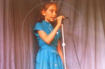 Από μικρή μπροστά στο μικρόφωνο. Την αναγνωρίζετε;