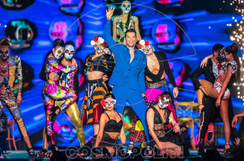 Σάκης Ρουβάς: Λαμπερή εμφάνιση και βράβευση στα MAD VMA 2019