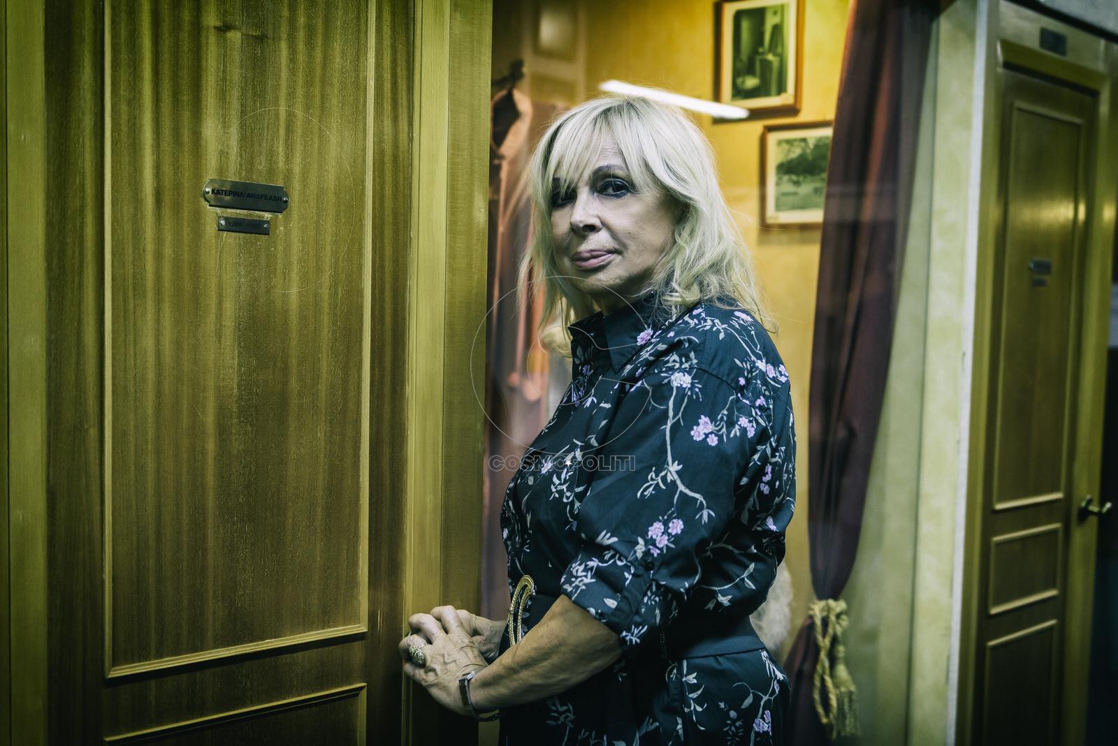 ANNA FONSOU MPROSTA APO TO KAMARINI THS KATERINA ANDREADH by ELINA GIOUNANLH