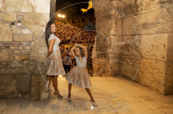Mαμά και κόρη με δημιουργία Celia Kritharioti Couture